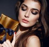 Bordos dourados do rosa do brunett da composição da mulher 'sexy' bonita foto de stock