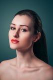 Bordos vermelhos da jovem mulher bonita do retrato do encanto que olham a câmera foto de stock royalty free