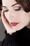 Bordos vermelhos da mulher bonita do close up que olham para baixo Foto de Stock