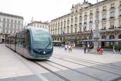 Bordowie Aquitaine, Francja,/- 06 11 2018: Miasto uliczna scena z tramwajem i uroczysty hotel w bordach na miejscu De Los angeles Fotografia Stock