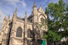 Bordowie, Francja - 6 2017 Czerwiec: Piękny niebieskie niebo przy Basilique saint-michel jest jeden sławni przyciągania miasto, B zdjęcia stock