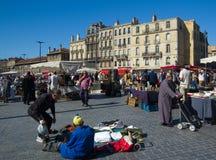 BORDOWIE FRANCJA, WRZESIEŃ, - 6, 2015: Pchli targ w centrum bordowie, Aquitaine, Francja, Wrzesień 2015 Obrazy Stock