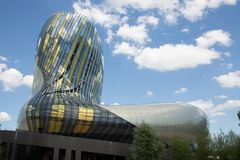 Bordowie, nowela Aquitaine, Francja/- 06 20 2018: Cytujący Du Vin jest muzealnym dostępem oba stała wycieczka turysyczna i belved Zdjęcie Stock