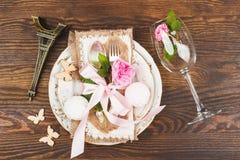 Bordsservis med lightpink rosor och marshmallower Arkivbild