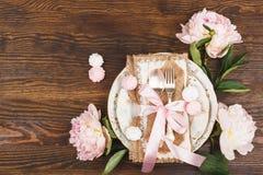 Bordsservis med ljus - rosa pioner och marängar Royaltyfria Foton