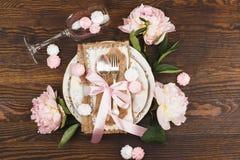 Bordsservis med ljus - rosa pioner och marängar Royaltyfria Bilder