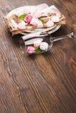 Bordsservis med ljus - rosa rosor och marängar Royaltyfri Foto