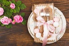 Bordsservis med ljus - rosa rosor och marängar Fotografering för Bildbyråer