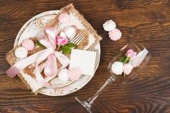 Bordsservis med ljus - rosa rosor och marängar Royaltyfria Foton
