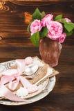 Bordsservis med ljus - rosa rosor och marängar Royaltyfri Bild