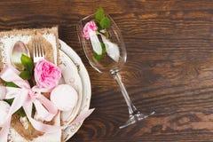 Bordsservis med ljus - rosa rosor och marshmallower Royaltyfri Foto