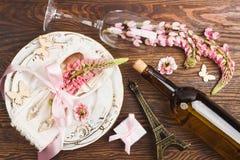 Bordsservis med rosa lupines och bestick Royaltyfria Foton