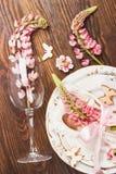 Bordsservis med rosa lupines och bestick Royaltyfri Bild