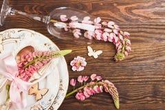 Bordsservis med rosa lupines och bestick Royaltyfri Foto