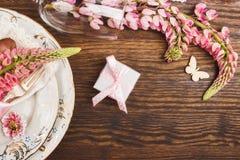 Bordsservis med rosa lupines och bestick Arkivbilder
