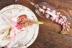 Bordsservis med rosa lupines och bestick Arkivfoton