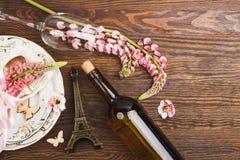 Bordsservis med rosa lupines och bestick Royaltyfri Fotografi