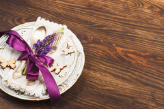 Bordsservis med violett lupines och bestick Royaltyfri Bild