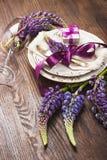 Bordsservis med violett lupines och bestick Arkivbilder