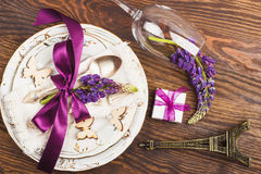 Bordsservis med violett lupines och bestick Fotografering för Bildbyråer