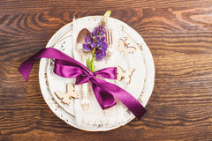 Bordsservis med violett lupines och bestick Royaltyfri Fotografi
