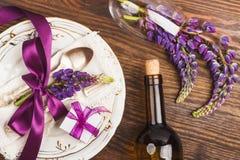 Bordsservis med violett lupines och bestick Arkivfoton