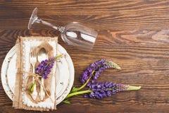 Bordsservis med violett lupines och bestick Royaltyfria Foton