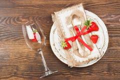 Bordsservis och bestick med jordgubben Arkivfoto