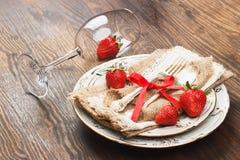 Bordsservis och bestick med jordgubben Royaltyfria Foton