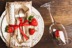 Bordsservis och bestick med jordgubben Royaltyfri Bild