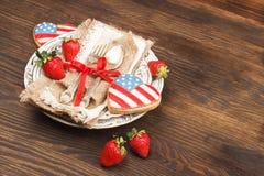 Bordsservis och bestick med jordgubben Arkivfoton