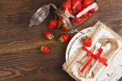 Bordsservis och bestick med jordgubben Royaltyfri Fotografi