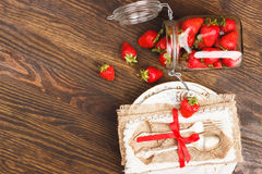 Bordsservis och bestick med jordgubben Fotografering för Bildbyråer