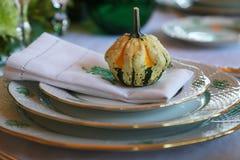Bordsservis och pumpa av den äta middag tabellen Royaltyfri Foto