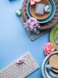 Bordsservismaträttuppsättning på blå pastellfärgad bakgrund Arkivbild