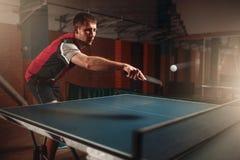 Bordtennis man som spelar leken, boll med spåret Arkivfoto