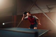 Bordtennis spelare i handling, boll med spåret royaltyfri fotografi