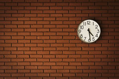Borduhr auf Backsteinmauer Lizenzfreie Stockbilder