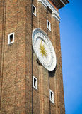 Borduhr auf Kontrollturm Stockfoto