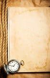 Borduhr auf unbelegtem gelbem Buch Stockbild