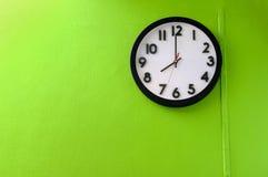 Borduhr, die 8 Uhr zeigt Stockfotos