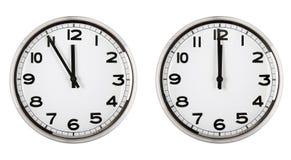 Borduhr, die Zeit über zwölf zeigt. neues Jahr. Lizenzfreie Stockfotos