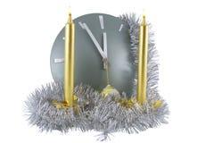 Borduhr mit Weihnachtsdekoration über Weiß Lizenzfreie Stockbilder