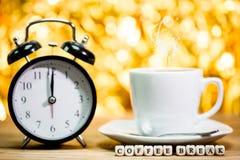 Borduhr Schale frischer Espresso mit Uhrzeichen, Stockfotografie
