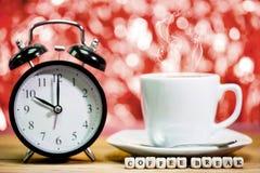 Borduhr Schale frischer Espresso mit Uhrzeichen, Lizenzfreies Stockfoto