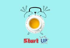 Borduhr Schale frischer Tee mit Uhrzeichen und Startkonzept Stockfoto