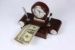 Borduhr und Dollar stockbild