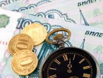 Borduhr und Geld Lizenzfreie Stockfotografie
