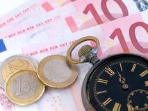 Borduhr und Geld Stockfotografie