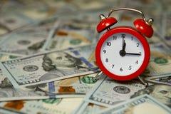 Borduhr und Geld Lizenzfreie Stockfotos